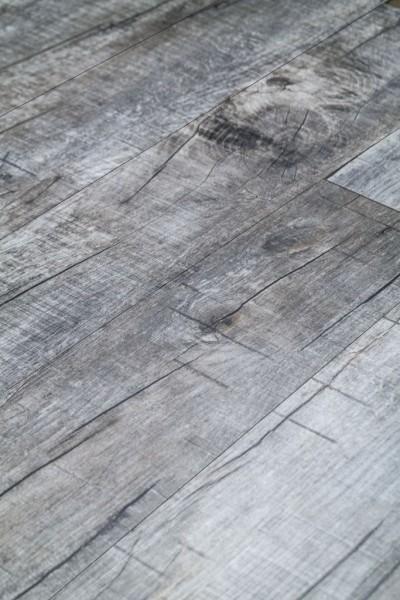 Klick-Vinyl Holz Rustikal Grau mit gefaster Kante umlaufend und integrierter Trittschalldämmung