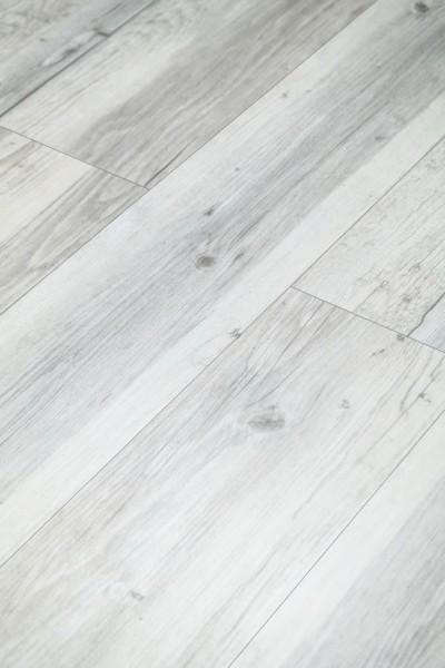 Klick-Vinyl Holz Rustikal Hellgrau mit gefaster Kante umlaufend und integrierter Trittschalldämmung