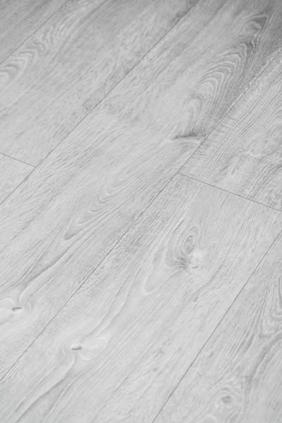 Klick-Vinyl Holz Grau mit gefaster Kante umlaufend und integrierter Trittschalldämmung